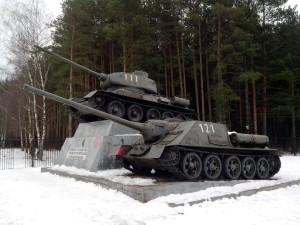 pos.Kubinka._Pamjatnik-monument_tank_T-34_i_SAU.